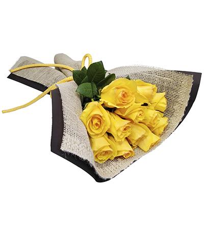 2532 Buquê de 12 Rosas Amarelas envoltas em Papel e Juta
