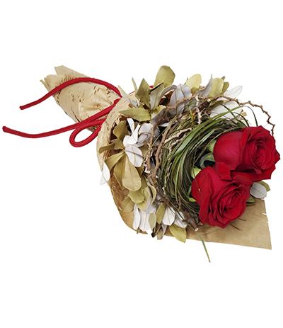 2667 Buquê 02 Rosas Importadas com Galhos e Folhas Secas em Papel Kraft Vazado